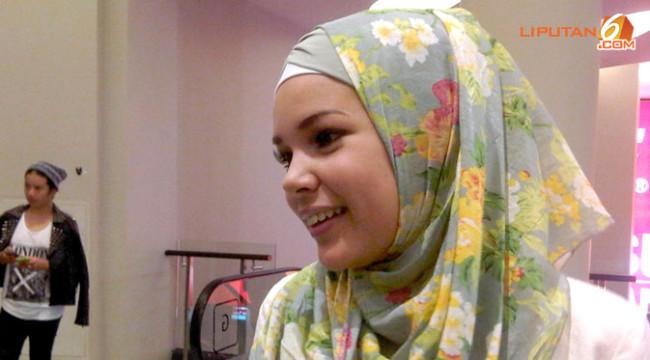 dewi-sandra-hijab-miring--aji-130413b